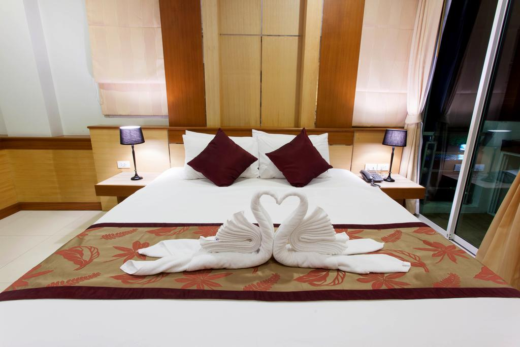 25 room hotel business for sale in Patong with lift and bar