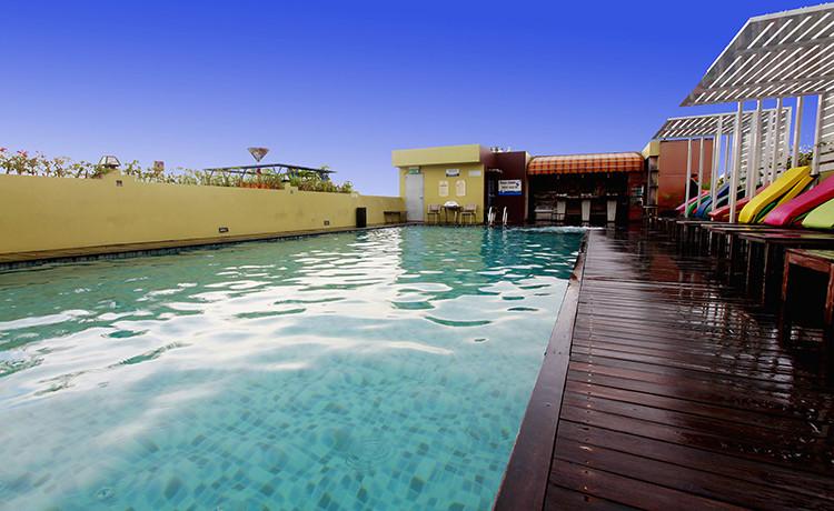 hotel-rooftop-pool-2-750x500-0ebcedf97cb05622fda97a8898933a52
